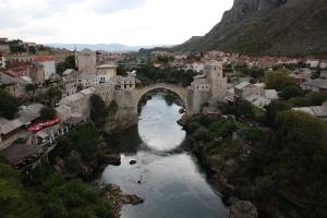 0630 - El Stari Most desde el minarete de la Koski Mehmed Pašina Mosque de Mostar mie21-9