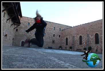 Saltando en el patio de armas en el Castillo de los Obispos de Sigüenza.