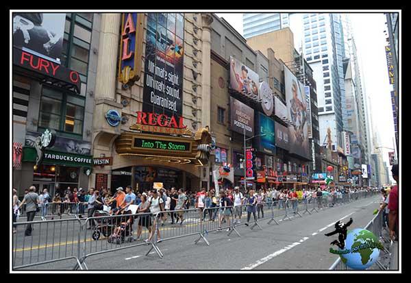 Manifestación en la West 42 Street, cerca de Times Square