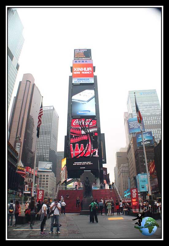 Times Square de día y los neones a pleno rendimiento