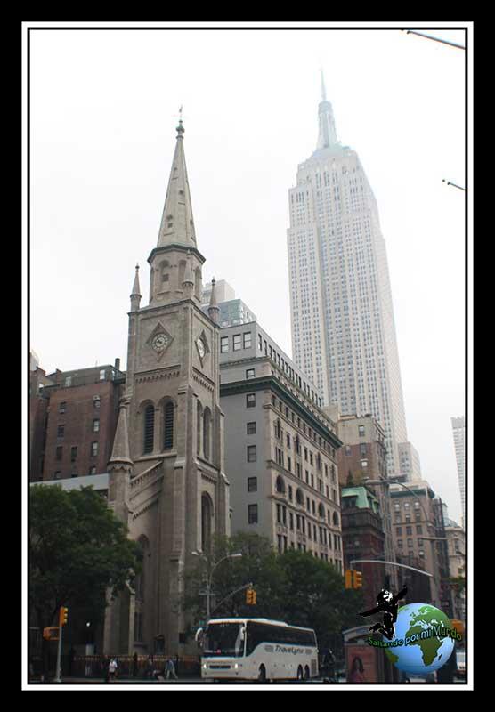 Marble Collegiate Church con el Empire State de fondo