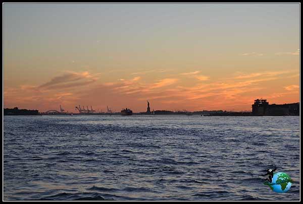 Anoche sobre la Estatua de la Libertad, desde Brooklyn Bridge Park