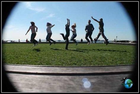 Saltos en Battery Park con la Estatua de la Libertad de fondo
