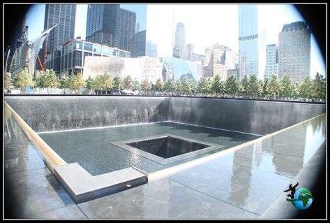 World Trade Center. Fuentes con placas conmemorativas ocupan el espacio de lo que fueron las Torres Gemelas.