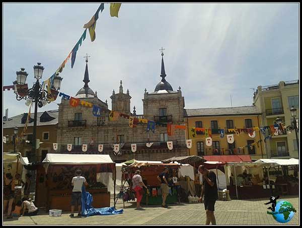 Casa Consistorial y Ponferrada vestida para las fiestas Templarias