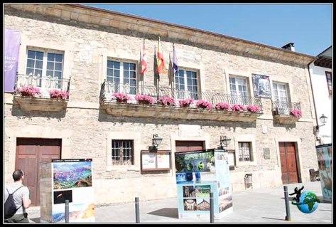 Ayuntamiento de Billafranca del Bierzo con paneles informativos de toda la comarca