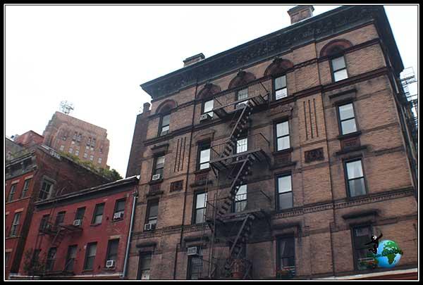 Edifico clásico con las escaleras de Emergencia en New York