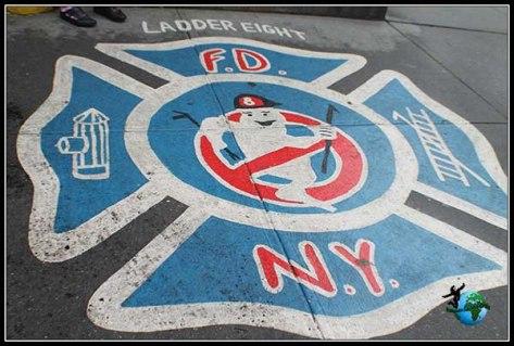 Estación de Cazafantasmas en New York. Fue tan famoso el éxito de esta película, que en la entrada han pintado el escudo de Cazafantasmas, para que puedas reconocerlo aún cuando la estación de bomberos este cerrada.