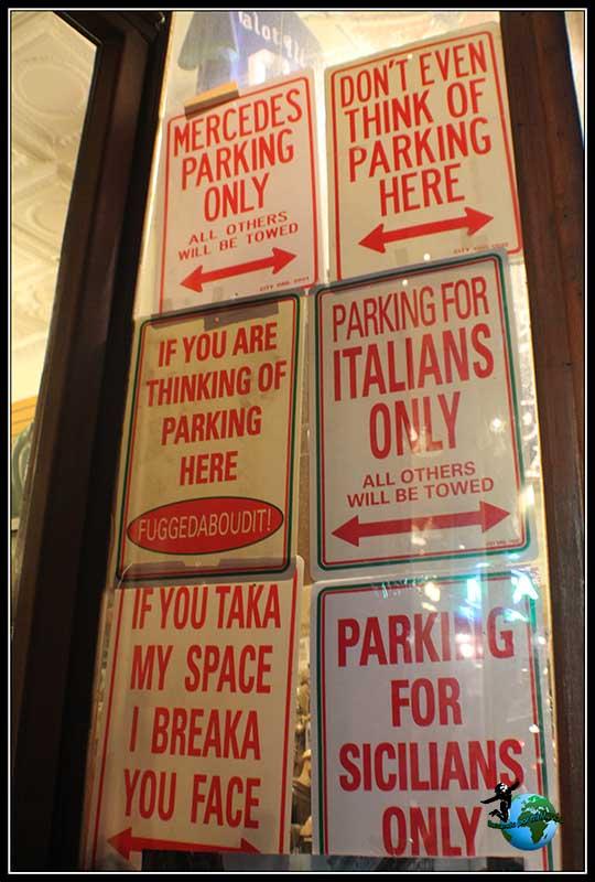 Placas curiosas que encontramos en Little Italy en New York