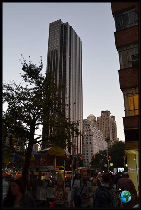 Hoy vemos atardecer entre edificios, en New York.