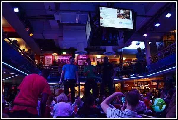Los camareros cantan como si de un musical se tratara en Stardust Diner en New York.