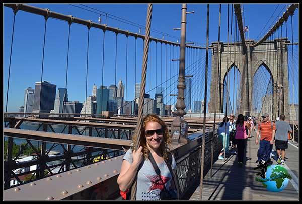Paseando por el Puente de Brooklyn en New York.