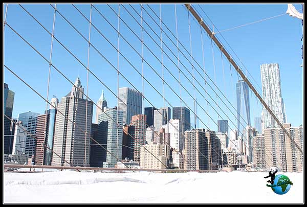 Vistas de Manhattan mientras recorremos el Puente de Brooklyn en New York.