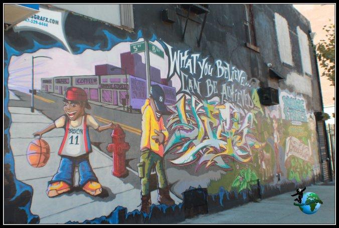 Recorriendo parte de los mil números que recorrirmos por la 5ft Avenue de Brooklyn encontramos bonitos graffitis que nos cuentan un poco la vida fuera de la gran urbe.