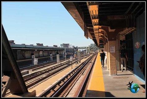 Esperando en Brooklyn al metro que nos llevará por última vez a Manhattan.