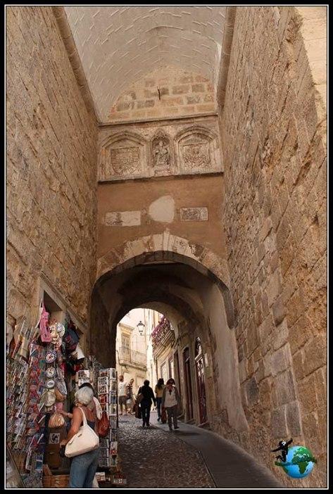 Almedina ou Arco Pequeno de Almedina en Coímbra.