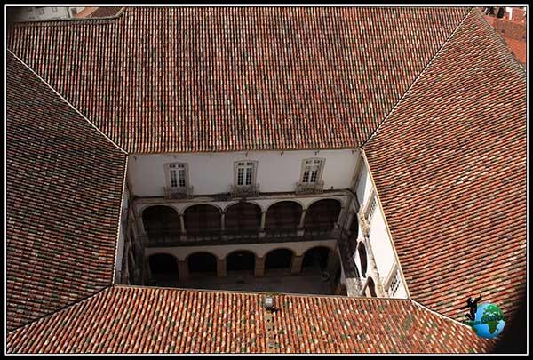 Patrio interior que vemos desde la Torre de la Universidad en Coímbra.