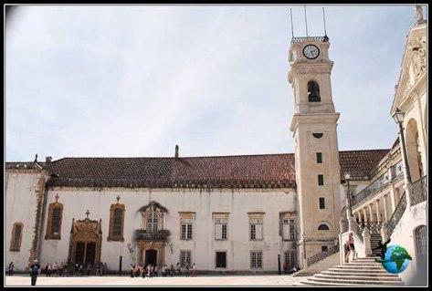 Torre barroca de la Universidad de Coímbra.