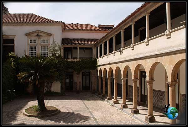 Bonito patio que hemos visto desde la Torre de la Universidad y ahora lo hemos encontrado paseando por Coímbra.