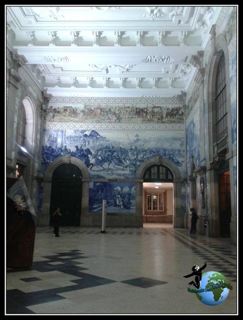 Interior de la estación de São Bento en Oporto.