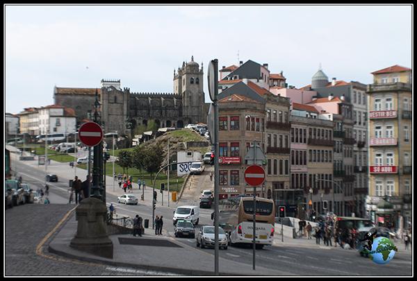 Vistas de la Sé de Oporto y a ciudad vieja desde la estación de metro Sào Bento.