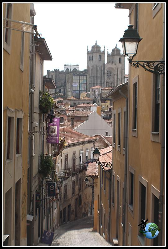 Cualquier rincón es bueno para fotografiar la ciuadd. Vistas de la Sé do Porto desde una calle cualquiera.