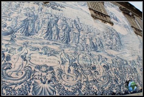 Lateral de azulejos de la Iglesia de los Carmelitas en Oporto.
