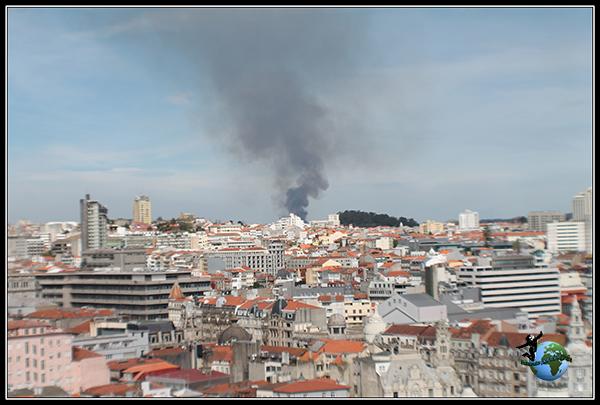 Vemos un incendio desde la Torre dos Clérigos en Oporto.