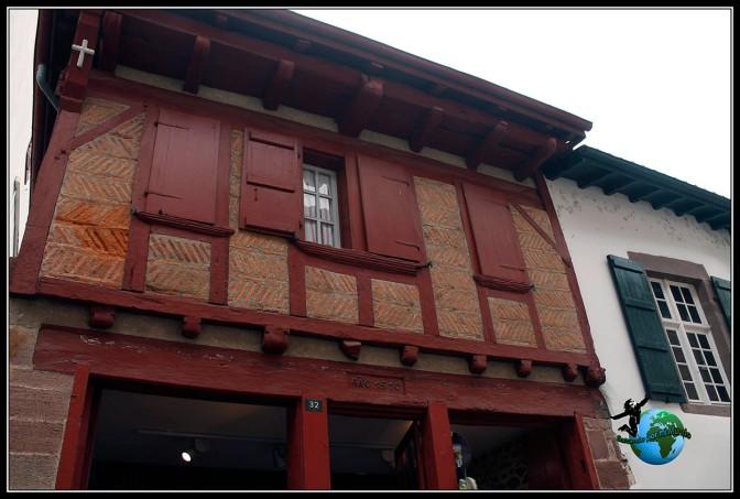 Casitas con entramados de madera de diferentes colores en Sant Jean de Pied de Port, Francia.