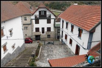 Paseando por el fantasmal pueblo de Ezcaroz, Navarra