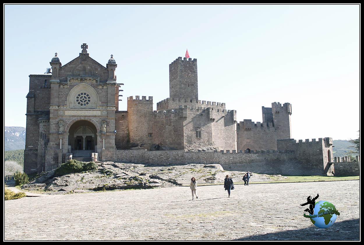 Saltando en el Castillo de Javier, Navarra