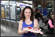 Degustando la gastronomia típica Suiza, salchichas callejeras en la estación de Hauptbahnhof de Zurich.
