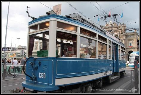 Tranvia exclusivo donde te sirven una deliciosa cena mientras recorres la ciudad de Zurich.