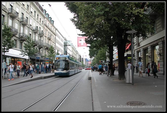 Paseando por Bahnhofstrasse en Zurich.