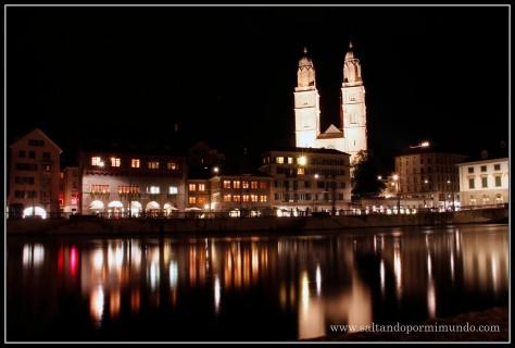 Catedral de Zurich iluminada de noche.
