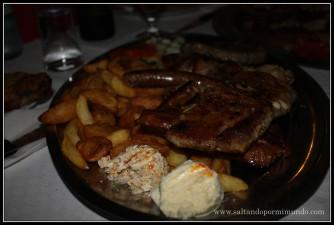 Probando la comida típica en Koper, Eslovenia.