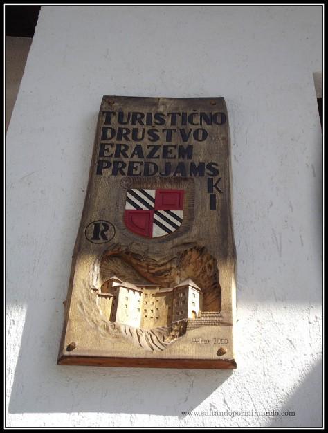 1494 - Placa a la entrada del Castillo de Predjama dom25-9