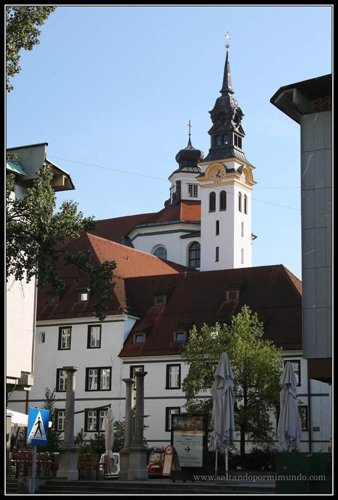 1538 - Vista del campanario de la Uršulinska Cerkev de Ljubljana dom25-9