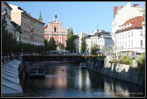 1583 - La Frančiškanska Cerkev y el Tromostovje sobre el Ljublijanica desde la Dvorni Trg de Ljubljana dom25-9