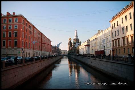 Paseando entre canales en San Petersburgo.