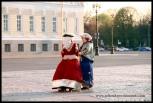 Personajes disfrazados de época atrapaguiris en San Petersburgo.