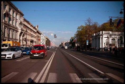 Paseado por la Avenida Nevsky en San Petersburgo