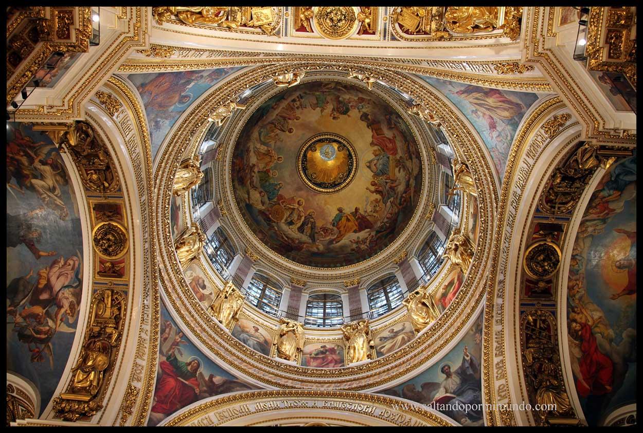 El lujoso interior de la Catedral de San Isaac no deja indiferente. Es uno de los más bonitos que hemos visto.