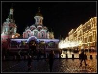 La Plaza Roja iluminada de noche.