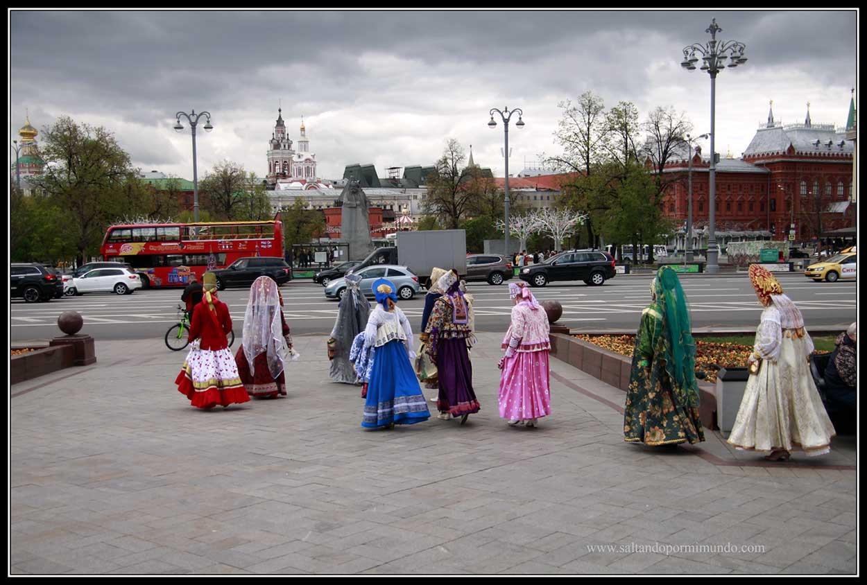 Moscovitas vestidos con trajes típicos.