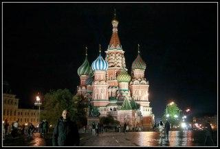 La impresionante Catedral de San Basilio iluminada de noche.