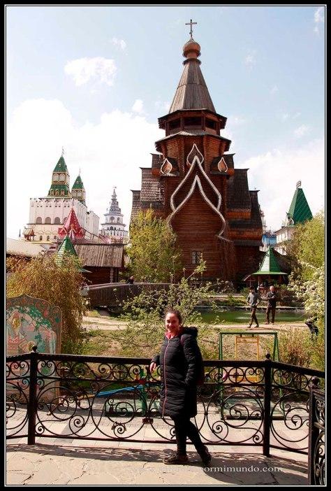 Iglesia de madera  en el Mercado de Izmailvo.