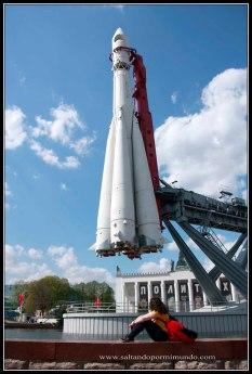 Replica del cohete lanzado al espacio en el Centro de Exposiciones Panruso